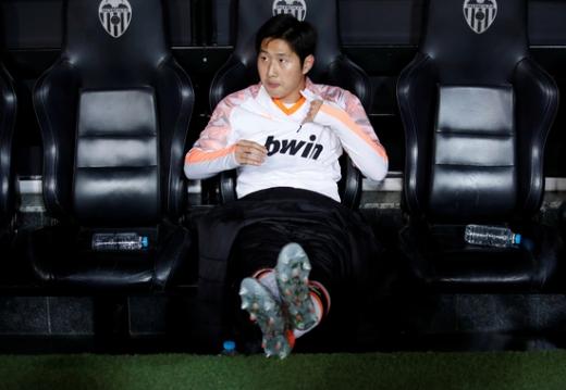 스페인 라리가 발렌시아의 이강인이 최근 선발 출전한 에스파뇰전에서 평점 6.6점을 받았다. 사진은 지난해 잉글랜드 프리미어리그 첼시와의 유럽축구연맹(UEFA) 챔피언스리그 경기에서 벤치에 앉아 있는 이강인. /사진=로이터