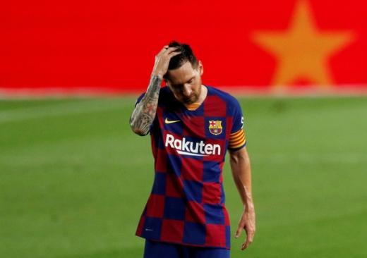 스페인 라리가 바르셀로나의 리오넬 메시가 17일(한국시간) 오사수나와의 경기에서 패한 후 고개를 숙였다. /사진=로이터