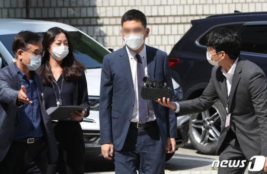 '검언유착' 의혹을 받고 있는 전 채널A 기자 이동재씨가 17일 오전 서울 서초구 서울중앙지방법원에서 열린 구속 전 피의자 심문(영장실질심사)에 출석했다. /사진=뉴스1