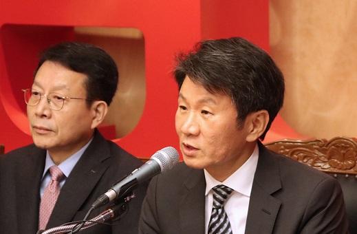 정몽규 HDC현대산업개발 회장이 지난해 말 아시아나항공 인수계획을 발표하는 기자회견을 열고 기자들의 질문에 답하고 있다. /사진=머니투데이