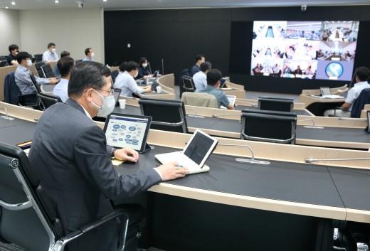 임영진 신한카드 사장을 비롯한 전 신한카드 임부서장이 17일 서울 을지로 신한카드 본사와 각 지역본부 회의실 등 총 9곳에서 화상시스템을 통해 2020년 하반기 사업전략회의를 진행하고 있다./사진=신한카드