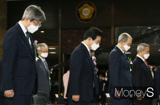[머니S포토] 순국선열에 대한 묵념하는 박병석 의장과 김명수 대법원장