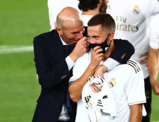 레알 마드리드의 에당 아자르(오른쪽)와 지단 감독이 17일(한국시간) 라리가 우승 달성 후 함께 기뻐하고 있다. /사진=로이터
