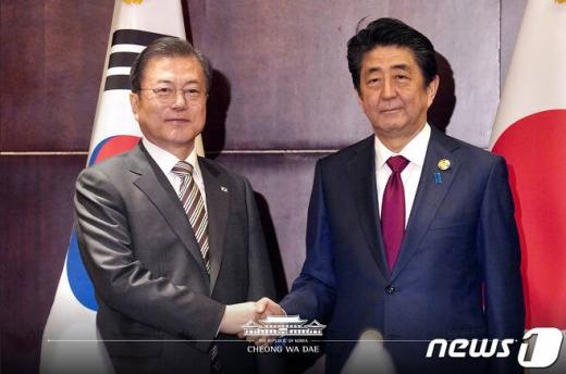 17일 청와대에 따르면 문재인 대통령이 일본 폭우 피해와 관련해 보낸 위로전에 대해 아베 신조 일본 총리가 답전을 보냈다. 사진은 문재인 대통령(왼쪽) 아베 신조 일본 총리다. /사진=뉴스1