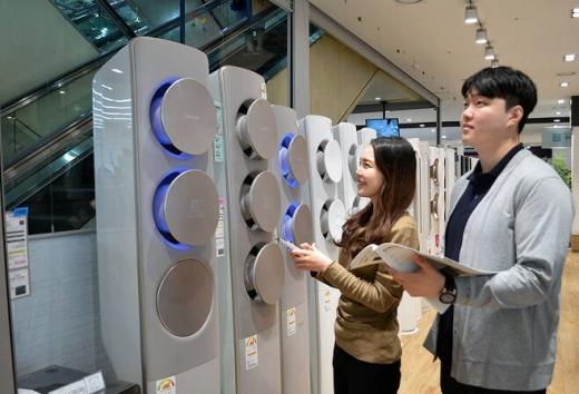 소비자들이 전자랜드 매장에 전시된 에어컨 제품을 살펴보고 있다. /사진=전자랜드