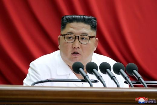 """18일 북한 내각 산하 국가과학기술위원회의 웹사이트 '미래'는 """"의학연구원 의학생물학연구소에서 후보 왁찐(백신)을 개발했다""""라고 밝혔다./사진=로이터(조선중앙신문 제공)"""