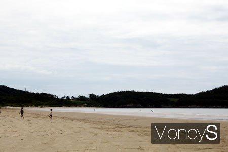 1004뮤지엄파크 인근 양산해변. 드넓게 펼쳐진 해변과 바다가 한 폭의 그림이다. /사진=홍기철기자