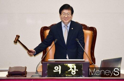 [머니S포토] 교섭단체 대표 연설 등 본회의 알리는 박병석 의장