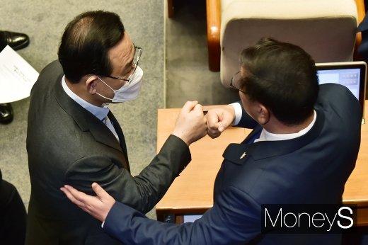 [머니S포토] 국회 본회의, 주먹인사 나누는 김태년과 주호영
