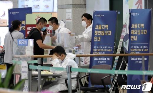 경기도의 신종 코로나바이러스 감염증(코로나19) 확진자가 1명이 추가됐다. 사진은 지난 19일 인천국제공항에서 입국객들이 해외 입국자 안내를 받고 있는 모습. /사진=뉴스1