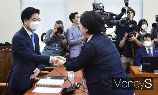 [머니S포토] 인사 나누는 김창룡 경찰청장 후보자