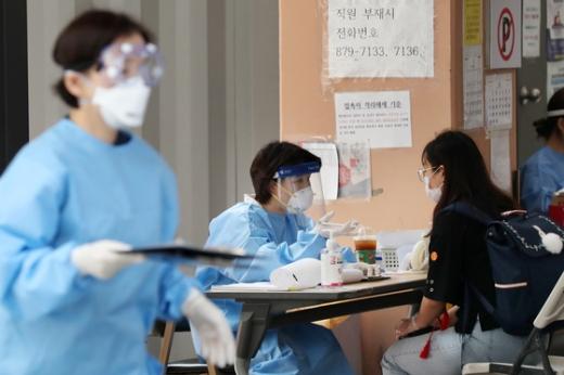 서울 관악구보건소 선별진료소에서 의료진이 코로나19 검사를 실시하고 있다. /사진=뉴스1