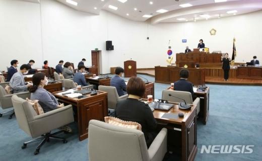 하남시의회(의장 방미숙)는 20일 제296회 임시회 제1차 본회의를 열고 제8대 후반기 첫 의사일정을 시작했다. / 사진제공=하남시의회
