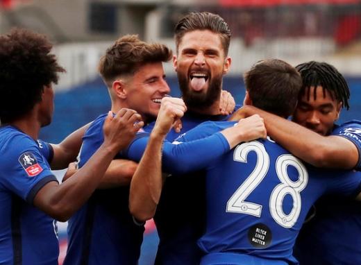 첼시 공격수 올리비에 지루(가운데)가 20일(한국시간) 영국 런던 웸블리 스타디움에서 열린 2019-2020 잉글랜드 FA컵 4강전 맨체스터 유나이티드와의 경기에서 골을 터트린 뒤 동료들과 기뻐하고 있다. /사진=로이터