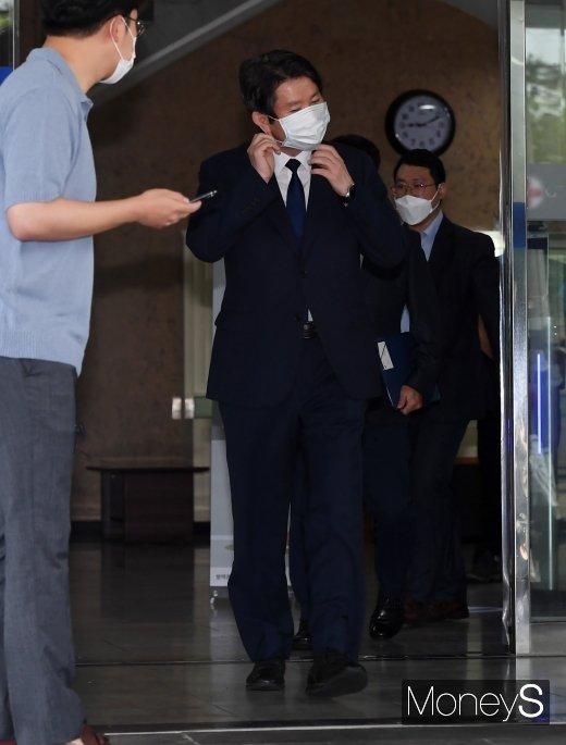 [머니S포토] 약식 기자회견에 참석하는 이인영 통일부 장관 후보자
