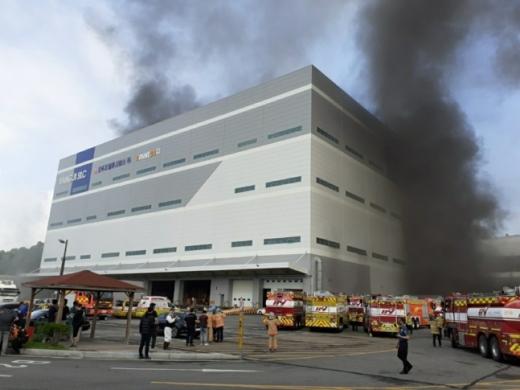 21일 오전 8시29분쯤 경기 용인시 양지면 SLC 물류센터에서 화재가 발생했다. /사진=소방청 제공