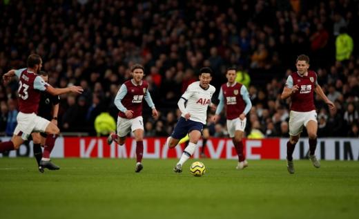 토트넘 홋스퍼 공격수 손흥민(흰색 유니폼)이 지난해 12월 열린 번리와의 잉글랜드 프리미어리그 경기에서 전반 32분 번리 수비진을 피해 단독 드리블을 시도하고 있다. /사진=로이터
