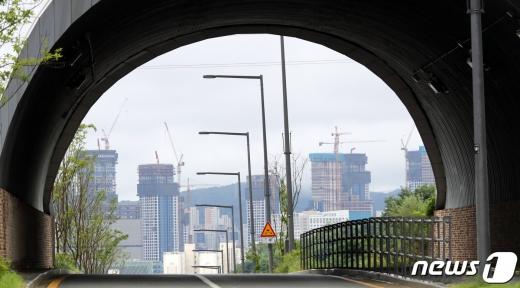 24일 세종시 연서면 월산리에서 행정중심복합도시로 진입하는 터널 사이로 신축 공사 중인 아파트가 보이고 있다./사진=뉴스1 장수영 기자