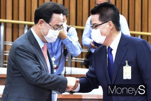 [머니S포토] 국정원장 후보자 청문회, 인사 나누는 박지원·주호영