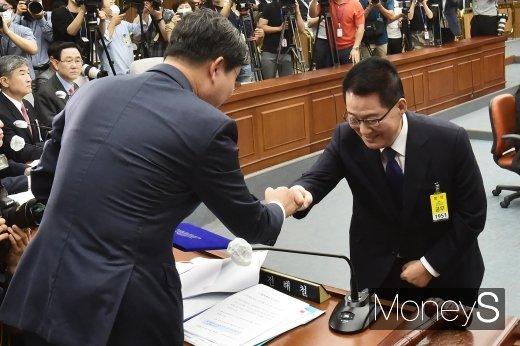 [머니S포토] 주먹인사 나누는 박지원 후보자