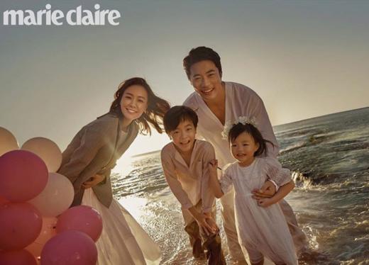 배우 권상우가 그의 배우 20주년을 기념한 팬들의 선물에 보답했다. 사진은 패션 매거진 '마리 끌레르'와 촬영한 권상우 가족 사진. /사진=손태영 인스타그램