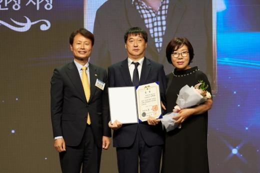 지난 24일 서울 여의도 63컨벤션센터에서 열린 제40회 장애인의 날 기념식에서 올해의 장애인상을 수상한 해운대구 이재영 팀장(가운데). /사진=해운대구