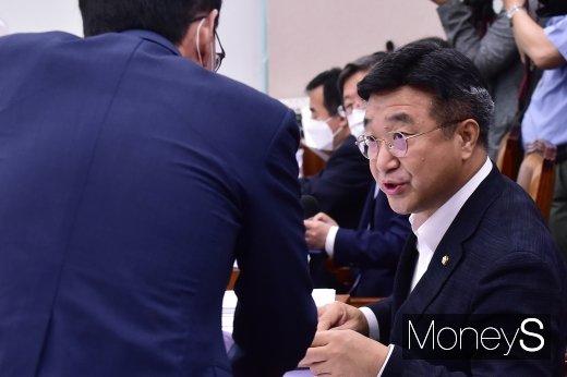 [머니S포토] 국회 법사위, 의견 나누는 윤호중 위원장과 김도읍 간사