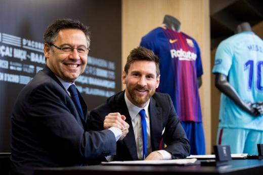 지난 2017년 재계약을 체결할 당시의 호셉 마리아 바르토메우 FC 바르셀로나 회장과 리오넬 메시(왼쪽부터). 메시는 현재 바르셀로나와의 재계약 가능성이 불투명하다. /사진=로이터