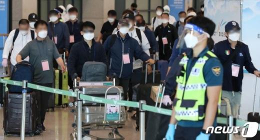 이라크 내 한국인 파견 근로자 290여명이 지난 24일 공군의 공중급유기(KC-330)를 통해 인천국제공항으로 귀국하고 있다. /사진=뉴스1DB