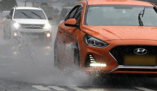 차량들이 빗물을 뿌리며 주행하고 있다.©뉴스1