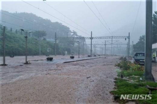2일 오전 큰 비가 내린 충북 충주 충북선철도 삼탄역이 물에 잠겨 있다./사진=뉴시스