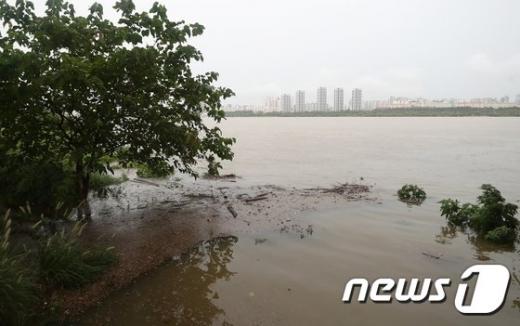 3일 서울지방경찰청에 따르면 이날 오전 올림픽대로 일부구간이 통제되고 있다. 사진은 서울 잠수교에서 바라본 한강이다. /사진=뉴스1