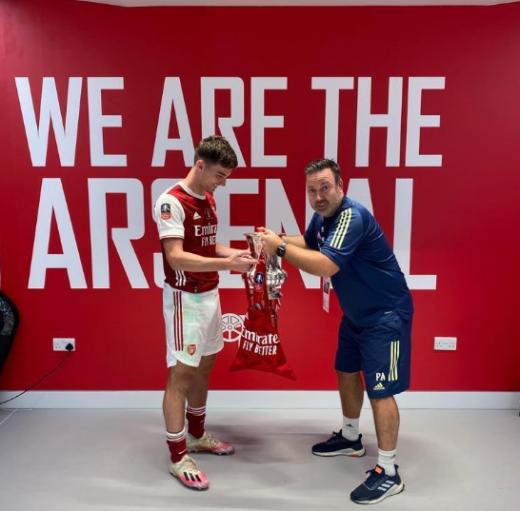 아스날 수비수 키어런 티어니(왼쪽)가 지난 2일(한국시간) 열린 FA컵에서 우승한 뒤 재치있는 사진을 SNS에 게재했다. /사진=트위터 캡처