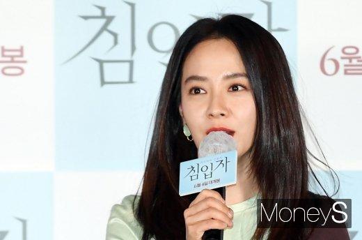 배우 송지효가 가수 솔라에게 사비로 선물을 보낸 사실이 알려졌다. /사진=장동규 기자