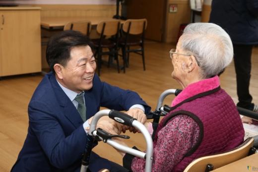 광명시가 노인들에게 실질적으로 필요한 실효성 있는 노인 복지 정책 마련에 분주하다. 사진은 박승원 광명시장(왼쪽). / 사진제공=광명시