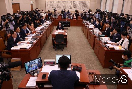[머니S포토] 국회 법사위 회의 주재하는 '윤호중'