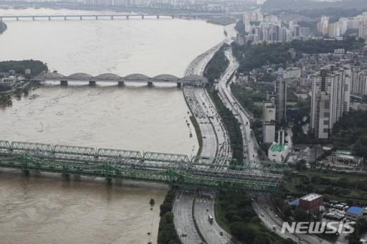 5일 서울지방경찰청에 따르면 수도권에 내린 폭우로 올림픽대로 여의상류IC와 하류IC가 다시 통제됐다. 상공에서 바라본 올림픽대로. /사진=뉴시스