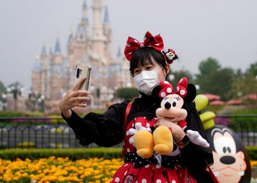 지난 5월11일 재개장한 중국 상하이 디즈니랜드를 방문한 관광객이 기념 사진을 찍고 있다. /사진=로이터