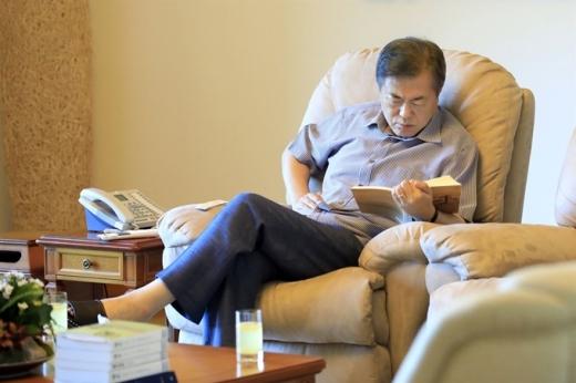 문재인 대통령은 매년 여름 휴가철 책을 읽으며 휴가를 보내왔다. /사진=청와대 제공