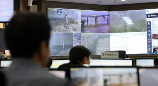 5일 오후 서울 동작구 한강홍수통제소에서 직원들이 화면을 통해 임진강 최북단 필승교의 수위를 실시간으로 확인하고 있다. /사진=뉴스1