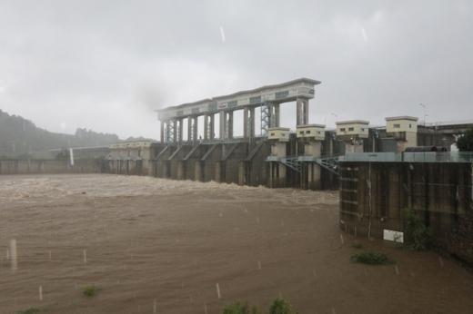 5일 오전 임진강 군남댐에서 물이 쏟아져 나오고 있다. /사진=뉴스1