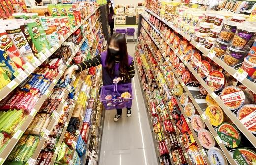 편의점업계가 유명 맛집이나 카페의 메뉴를 자체브랜드(PB) 상품으로 출시하거나 이색 간식 판매에 나서면서 젊은 소비자들을 사로잡고 있다. /사진=뉴시스