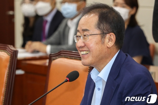 서울 여의도 국회에서 열린 국방위 전체회의에서 홍준표 무소속 의원이 동료 의원들과 인사를 하고 있다. /사진=뉴스1