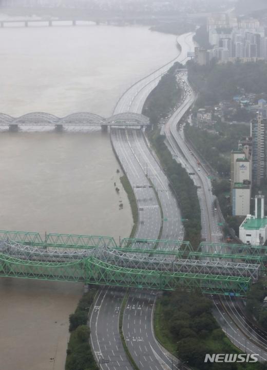 오늘(11일) 서울 지역에 내린 집중호우로 일부 도로가 통제됐다. 사진은 지난 9일 팔당댐 방류량 증가로 통제된 올림픽대로. /사진=뉴시스