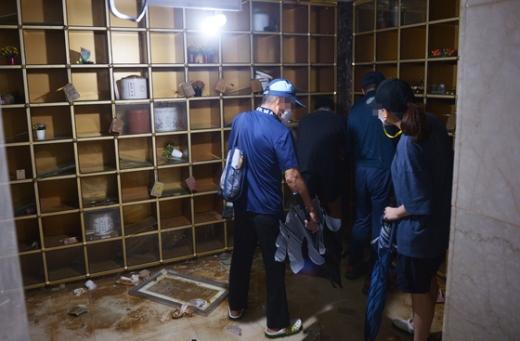 지난 10일 광주 북구의 한 사설 납골당에서 유족들이 물에 젖은 유골함을 정리하고 있다. /사진=뉴스1