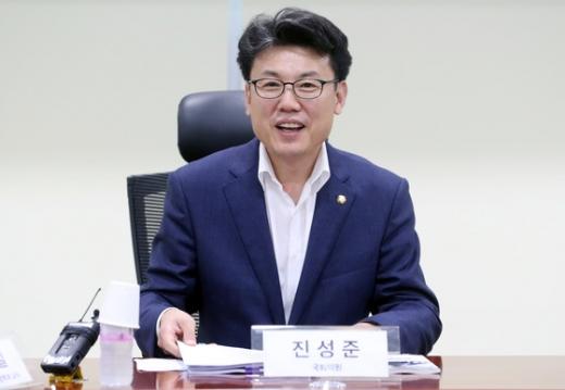진성준 더불어민주당 의원(사진)이 김조원 청와대 민정수석을 향해 '마무리가 안좋다'고 비판했다. /사진=뉴스1