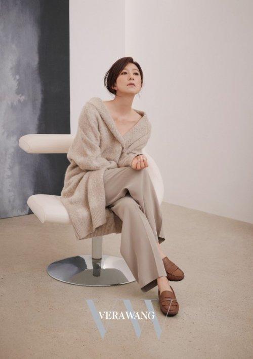 프리미엄 여성복 브랜드 'VW베라왕'의 20FW 모델로 선정된 배우 김희애의 브랜드 화보가 공개됐다. /사진='VW베라왕' 제공