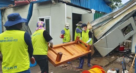 전남농협 긴급인력지원단이 구례의 한 농가에서 피해 복구 작업을 하고 있다/사진=농협전남지역본부 제공.
