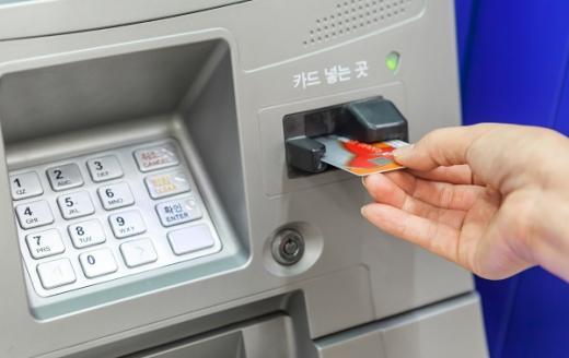 한국은행에 따르면 은행권 ATM 수는 2019년 기준 5만5800대(잠정)로 2013년 말 최대 기록(7만100대) 이후 계속 줄고 있다. /사진=이미지투데이