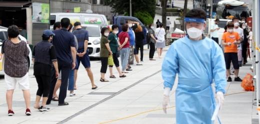 서울 중구 숭례문 앞에 설치된 선별진료소에서 11일 시민들이 코로나19 진단검사를 받고 있다. /사진=뉴스1